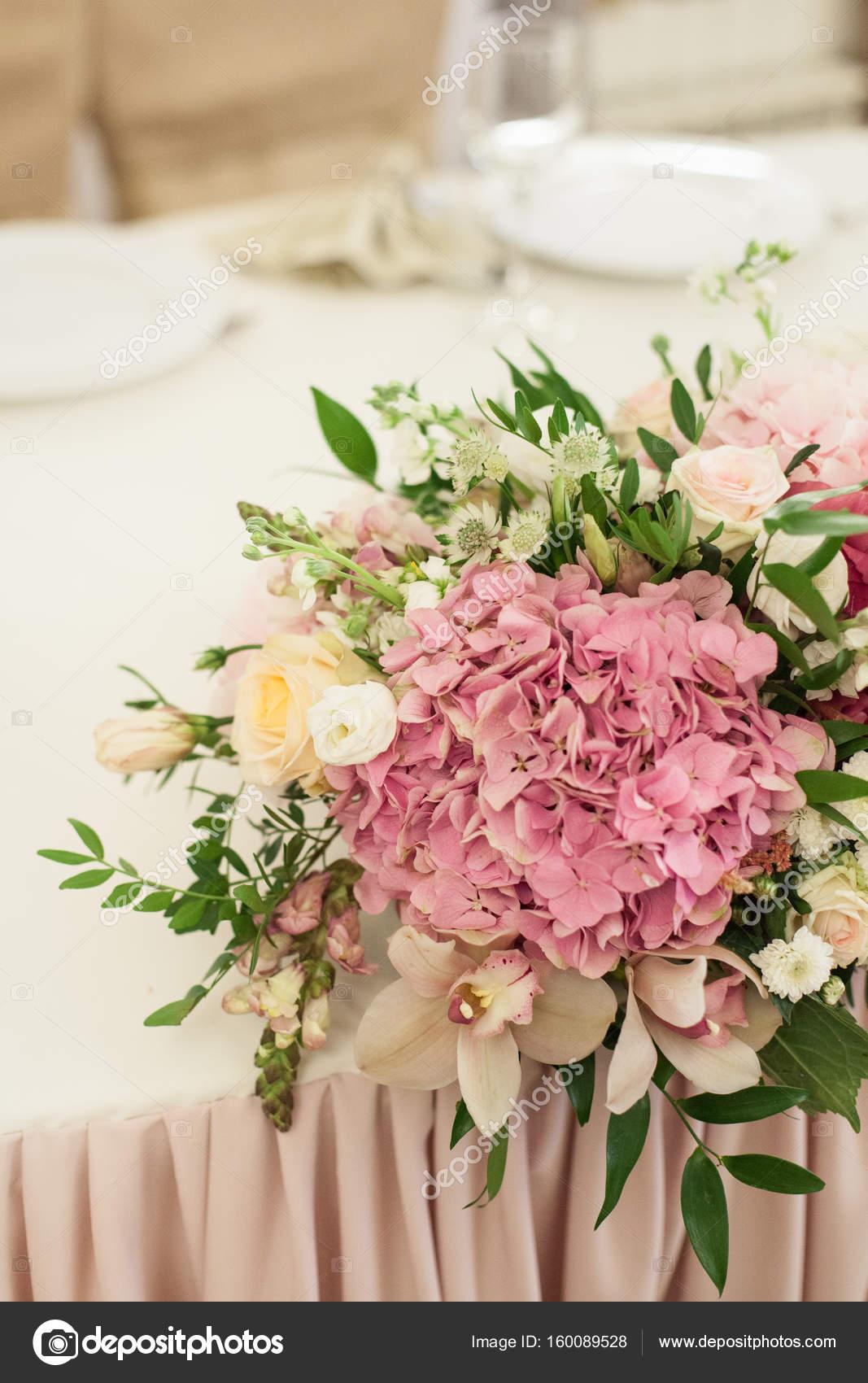 belle décoration sur une table de mariage avec des roses en bouquet