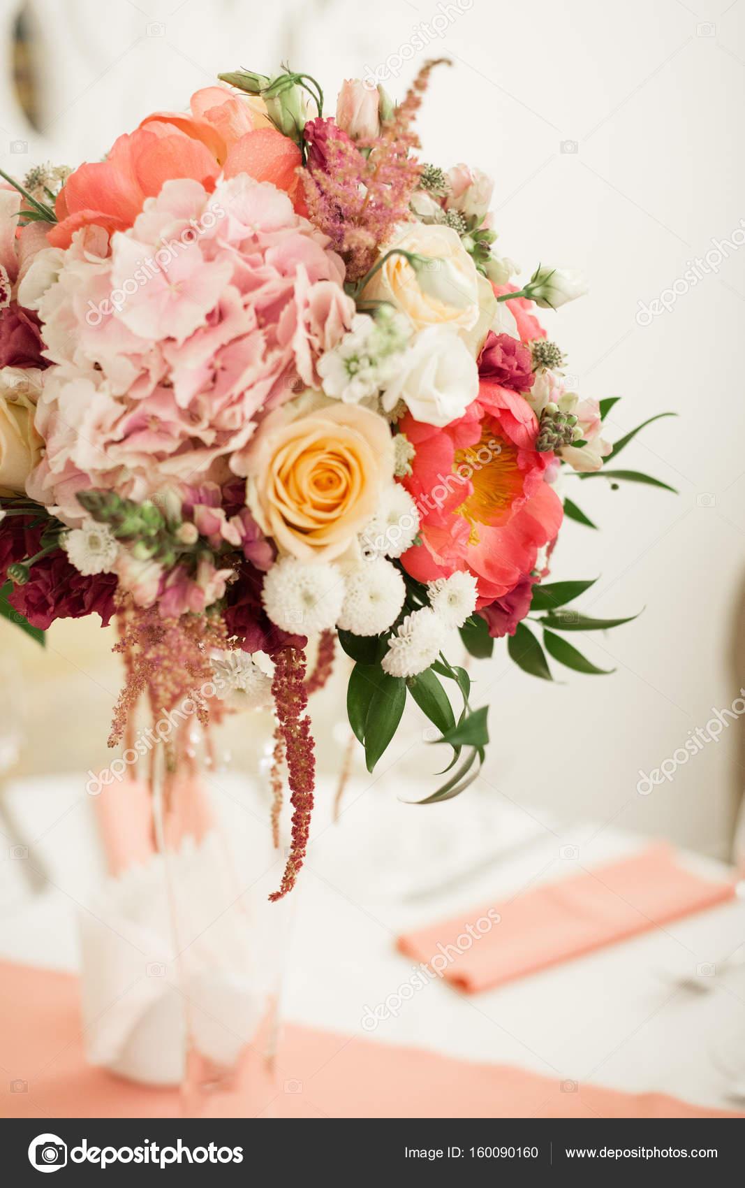 Schone Dekoration Auf Hochzeit Tisch Mit Rosen In Strauss Stockfoto