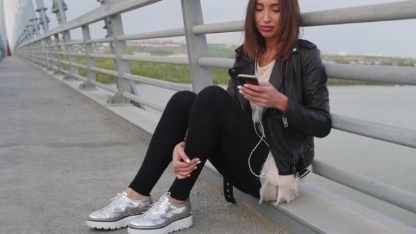 Žena, pomocí smartphone v Evropském městě. Zpomalený pohyb. Hipster dívka procházení Internetu v telefonu, textových zpráv a komunikaci venku. Cestování.