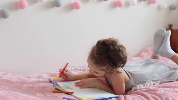 Lány felhívja a ceruzák