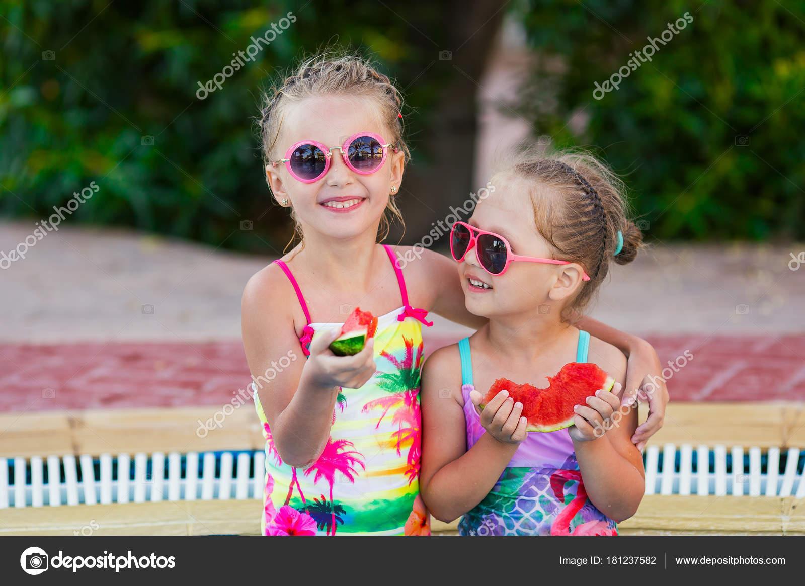 679754a5d4c7 Dos Niños Trajes Baño Piscina Comiendo Sandía Roja — Foto de stock ...