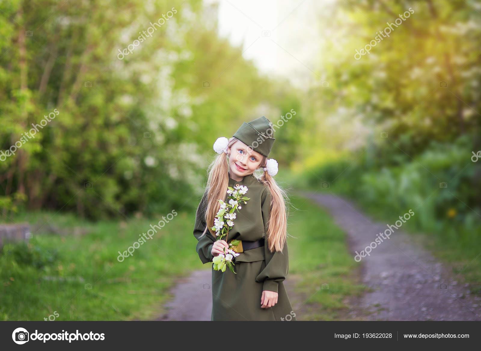 Фото девушек в форме цветов 29