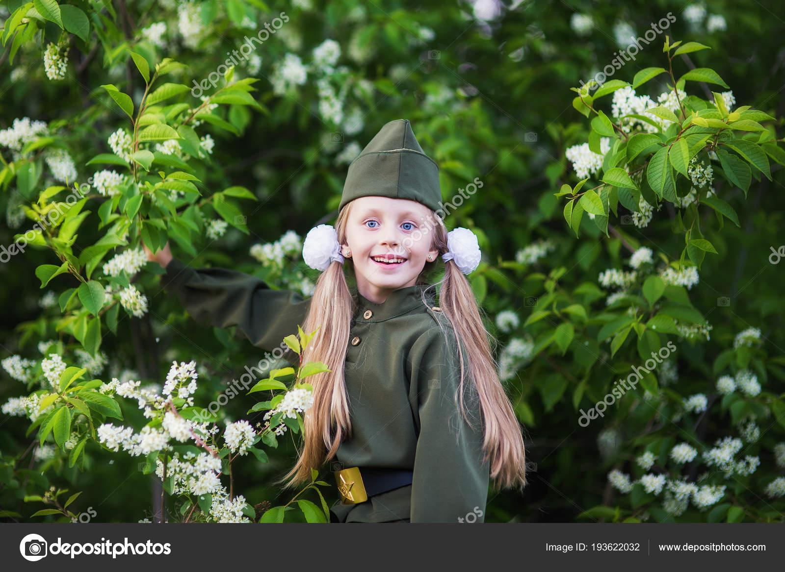 Фото девушек в форме цветов 28