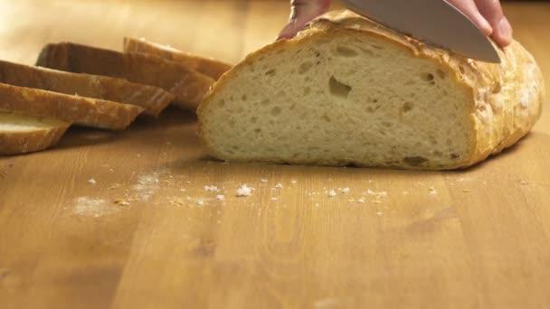 Chléb se nakrájí na tenké plátky na dřevěném prkénku