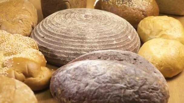 Detail. Několik typů chleba ležet na stole