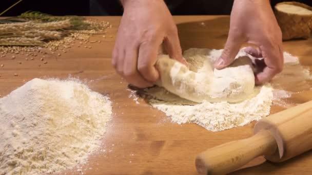 A szakács rakja a tészta mindkét kezével