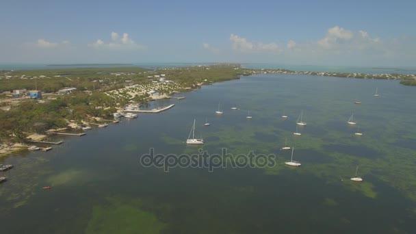 Luftaufnahme der wichtigsten Largo Ferienhäuser und Waterfront, Southern Florida, USA. 4k