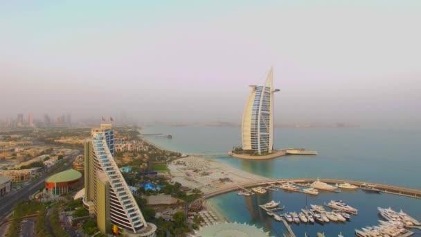 Dubai, Emirati Arabi Uniti, 17 agosto 2017. Aerea. Burj Al Arab e Jumeirah beach hotel. Alba. 4k