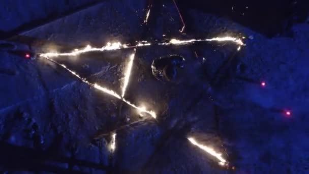 Pentagram v ohni. Temný rituál v noci. Satanské modlitba pro ďábla. 4k