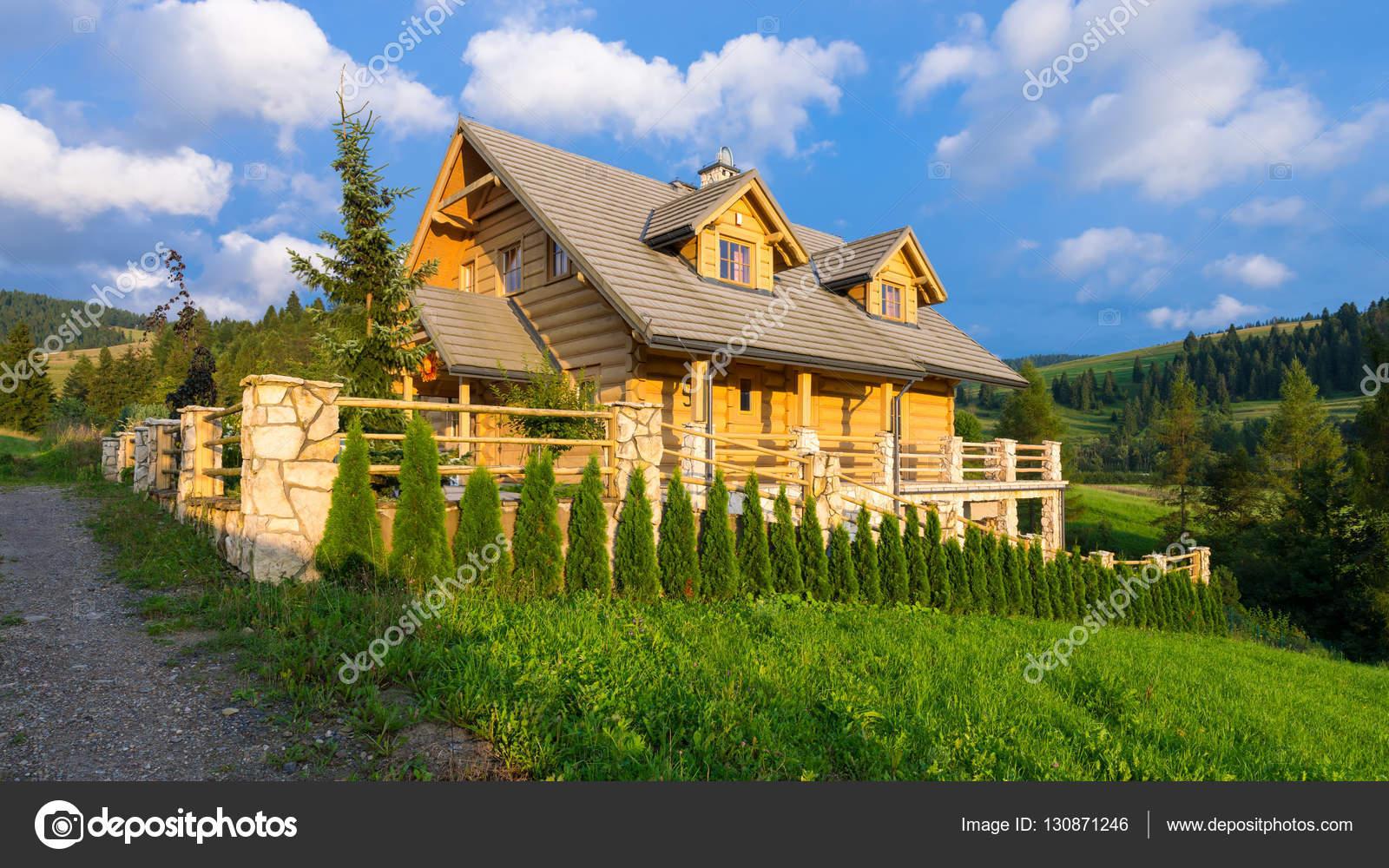 Casa tradizionale di montagna in legno costruita da for Grandi piani di casa di tronchi