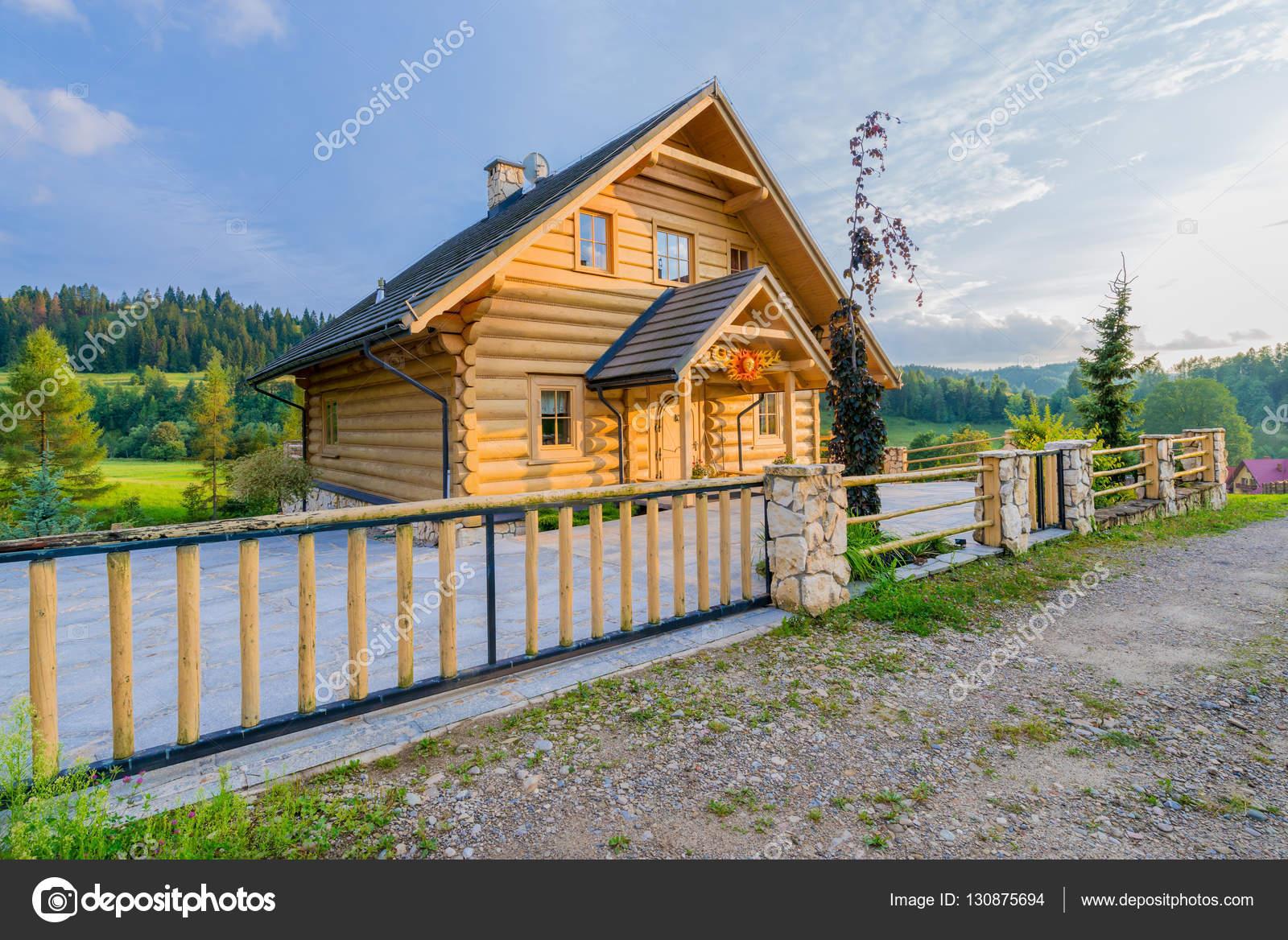 Case Di Montagna In Legno : Casa tradizionale di montagna in legno costruita da tronchi di legno