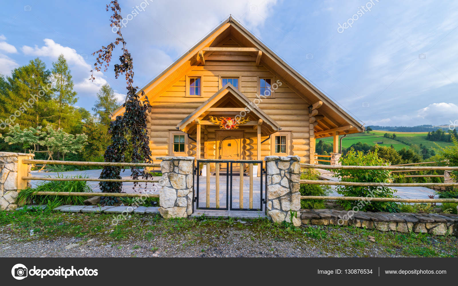 casa tradizionale di montagna in legno costruita da