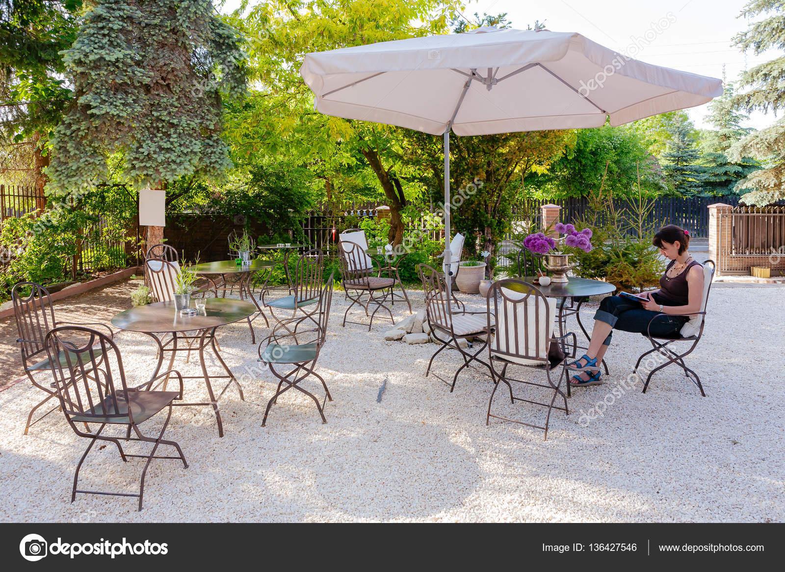 Tavoli e sedie di bar all 39 aperto foto stock bubutu 136427546 - Tavoli e sedie bar ...