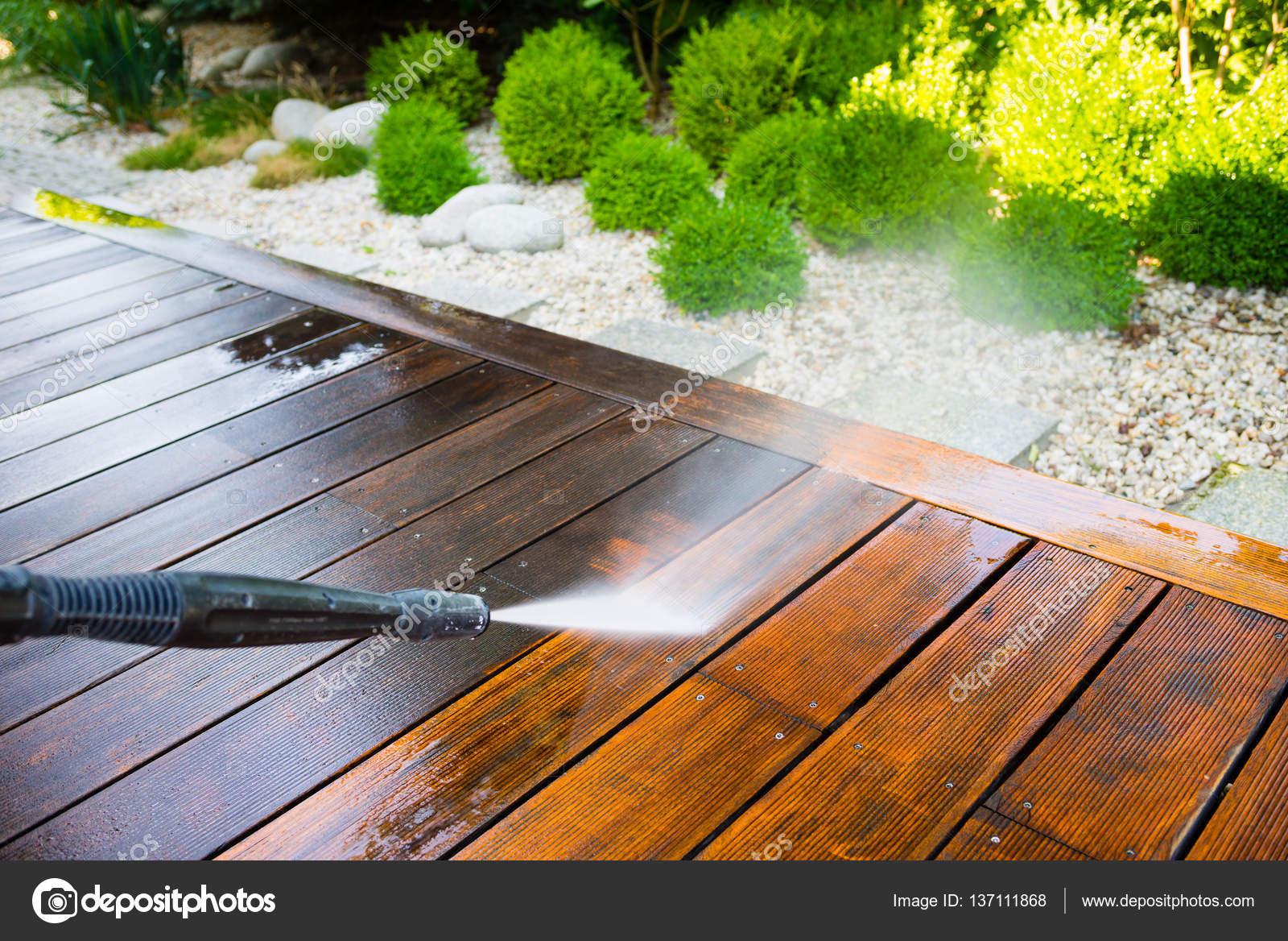 Limpieza De Terraza Con Una Lavadora De Foto De Stock