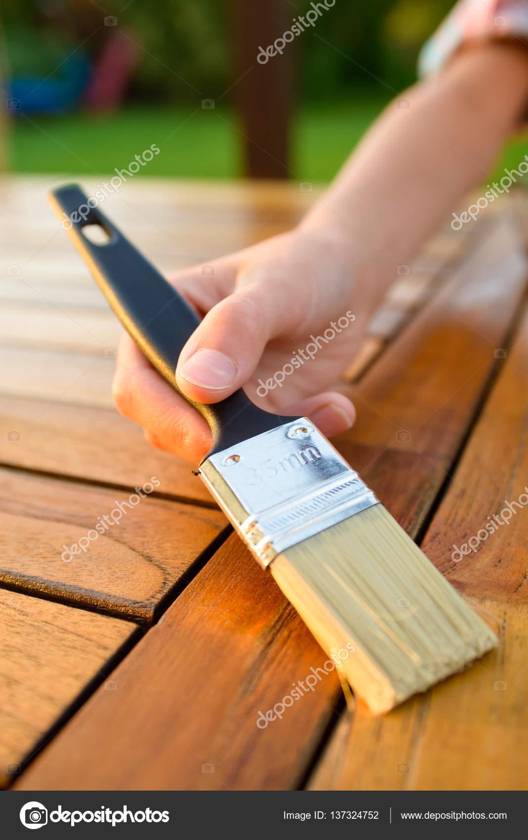 Hand Mit Einem Pinsel Auftragen Von Lack Farbe Auf Einem Holztisch