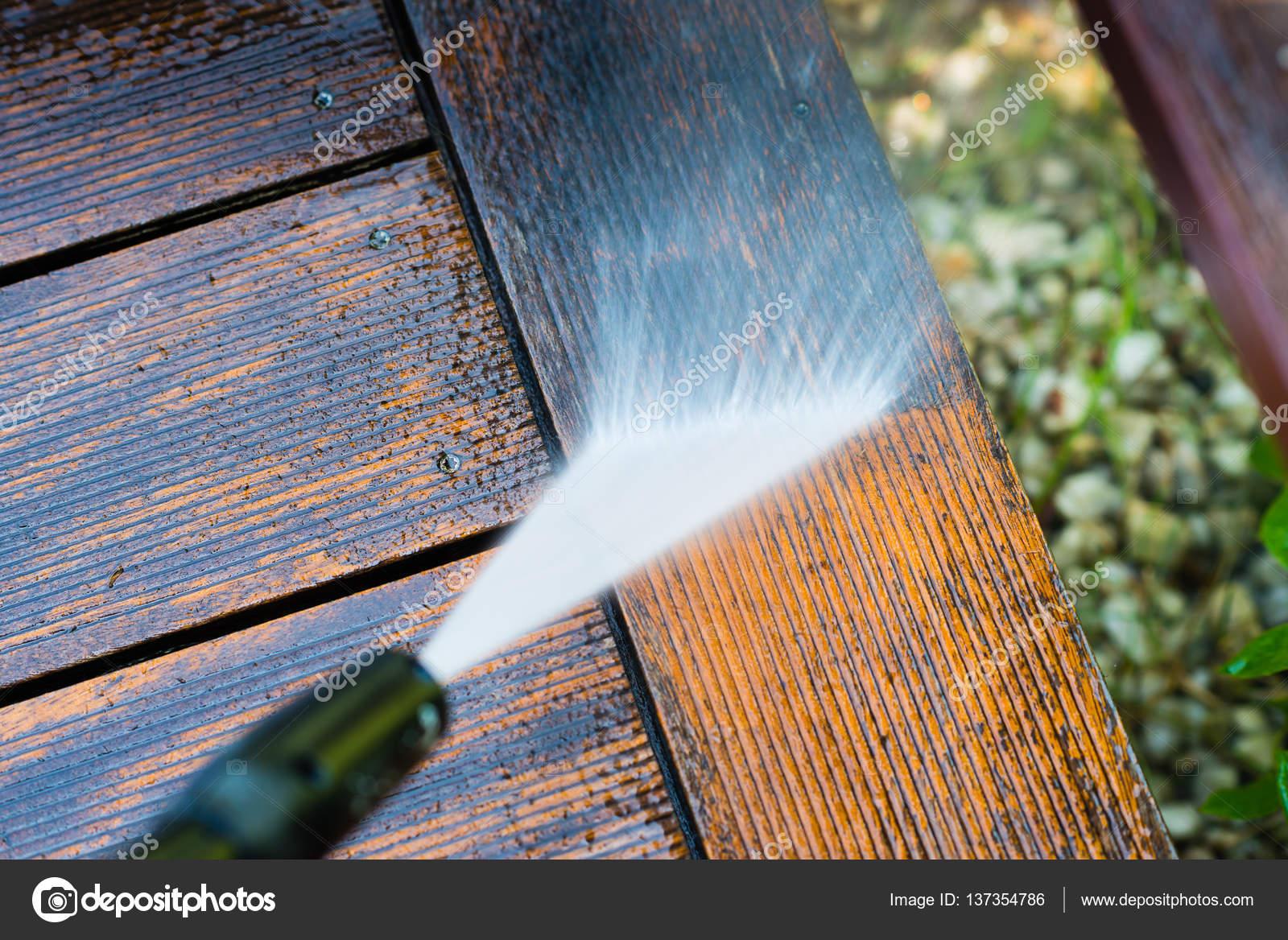 Limpieza De Terraza Con Una Lavadora De Fotos De Stock