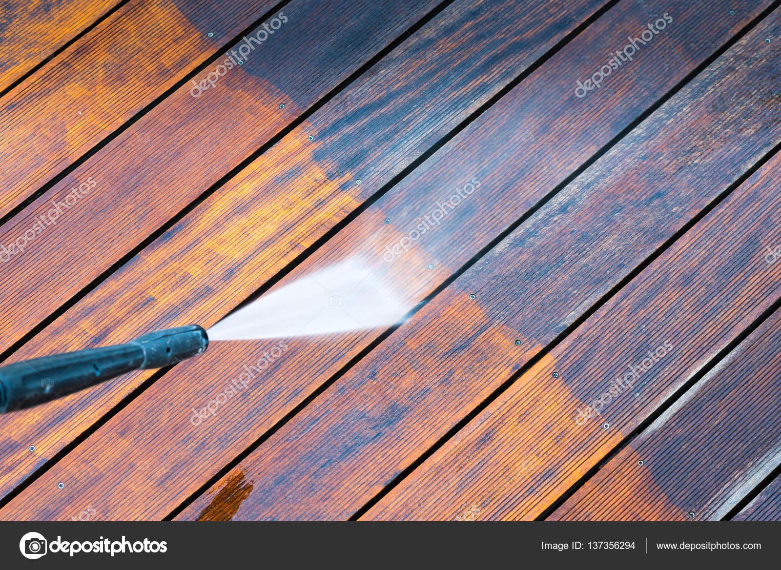 Holzterrasse Reinigen terrasse mit einen hochdruckreiniger reinigen stockfoto bubutu