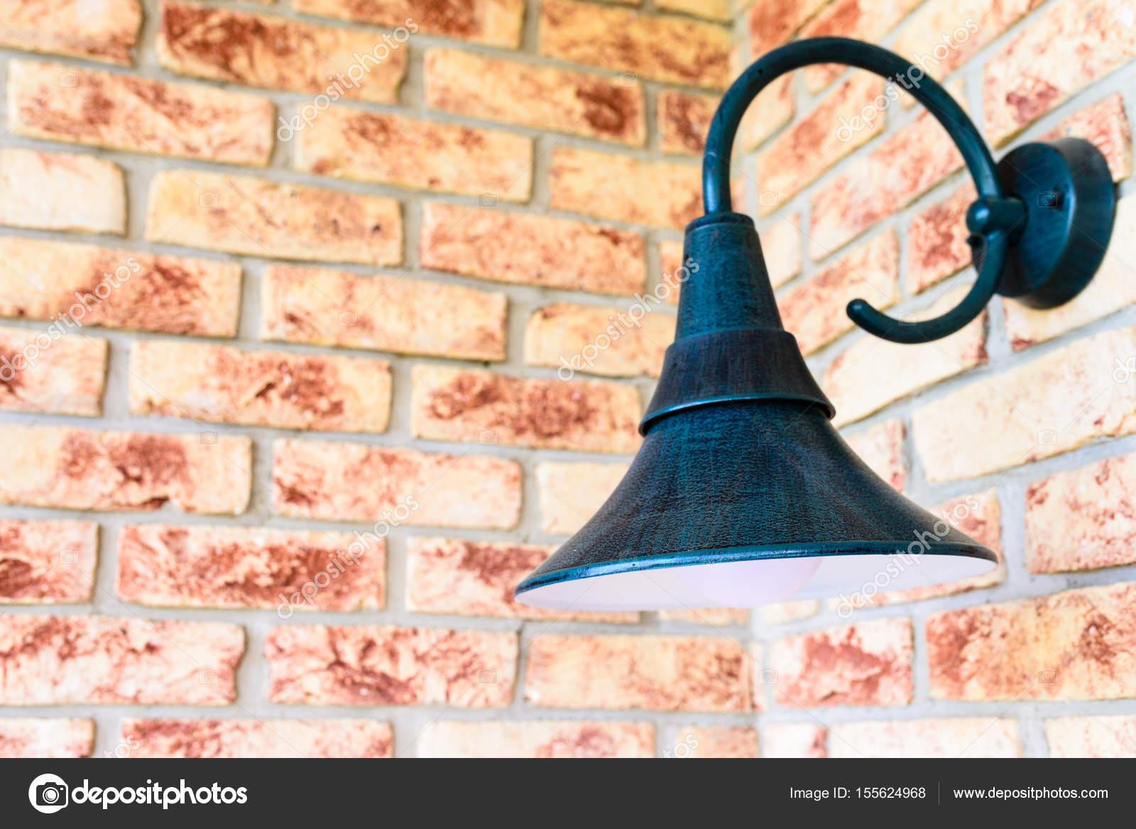 Lampada da parete retrò vintage applique sul muro di mattoni