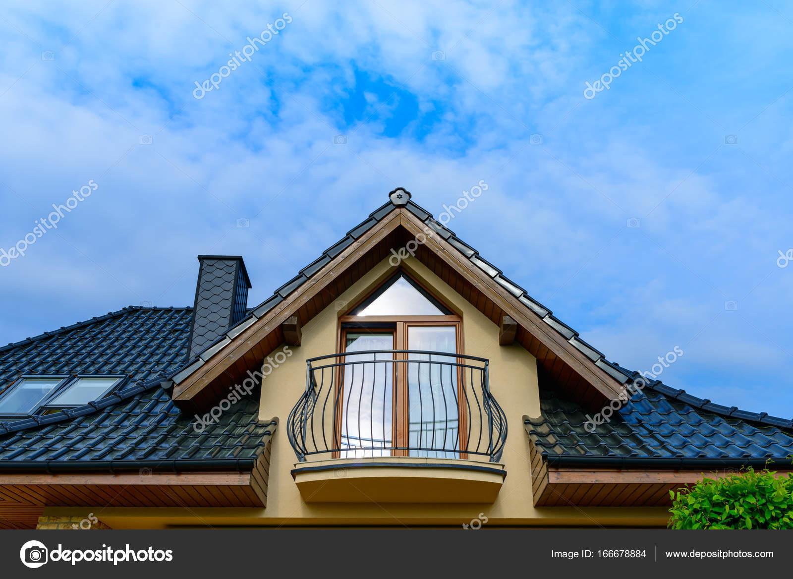 Dakterras Of Balkon : Balkon en dakterras met tegels van één gezinswoning u stockfoto