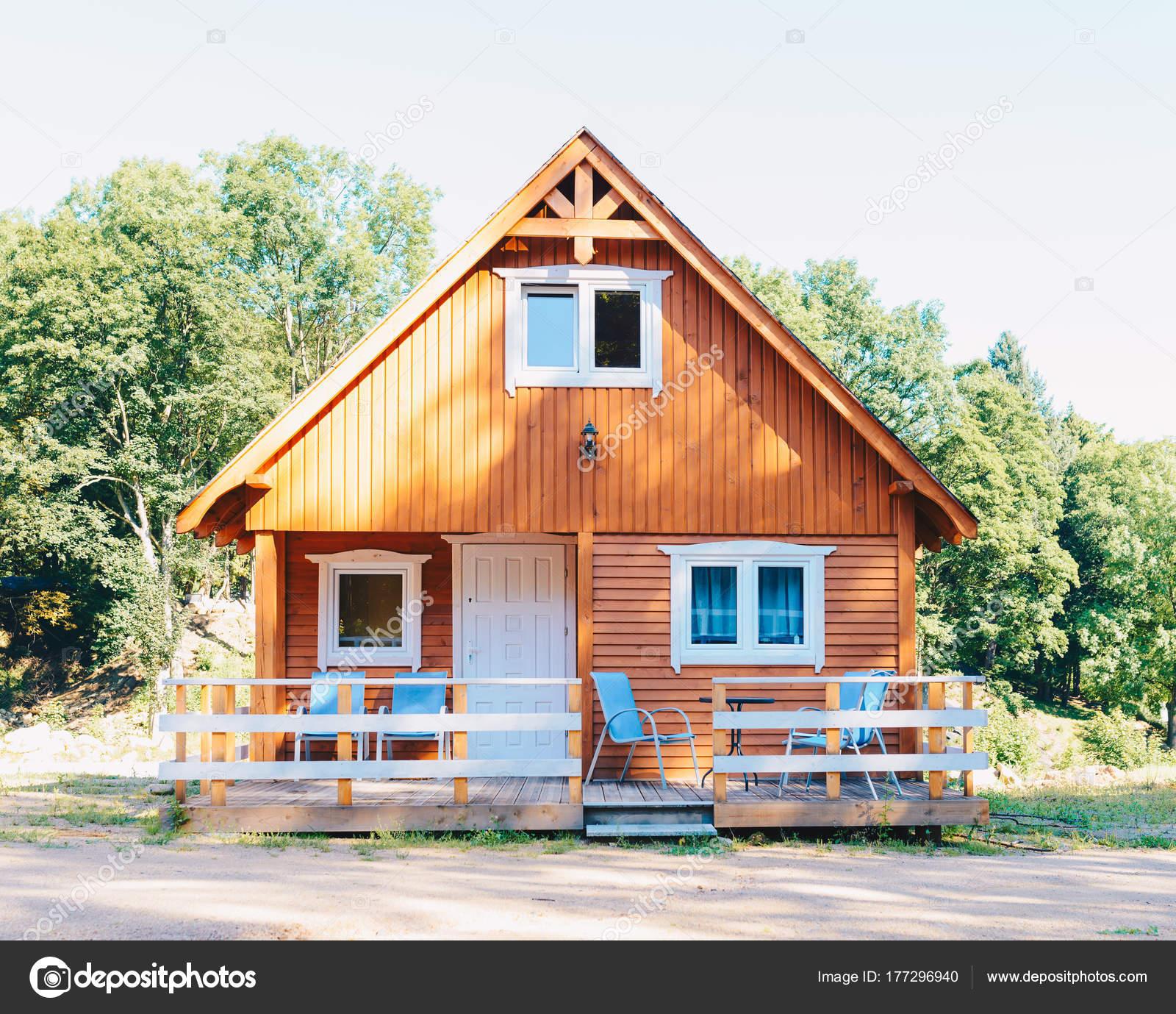Kleines Holzhaus Im Norwegischen Stil Mit Einer Terrasse