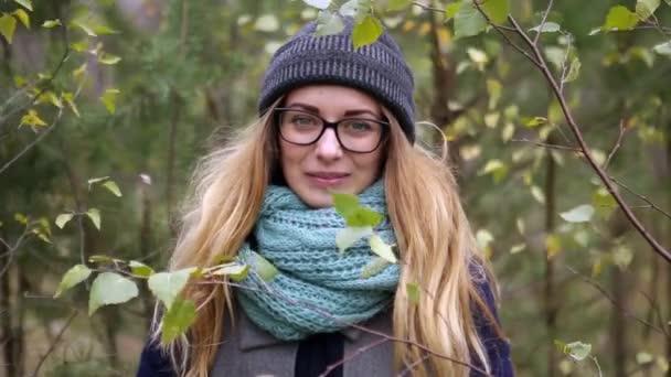 dívka v lese v silném větru na podzim