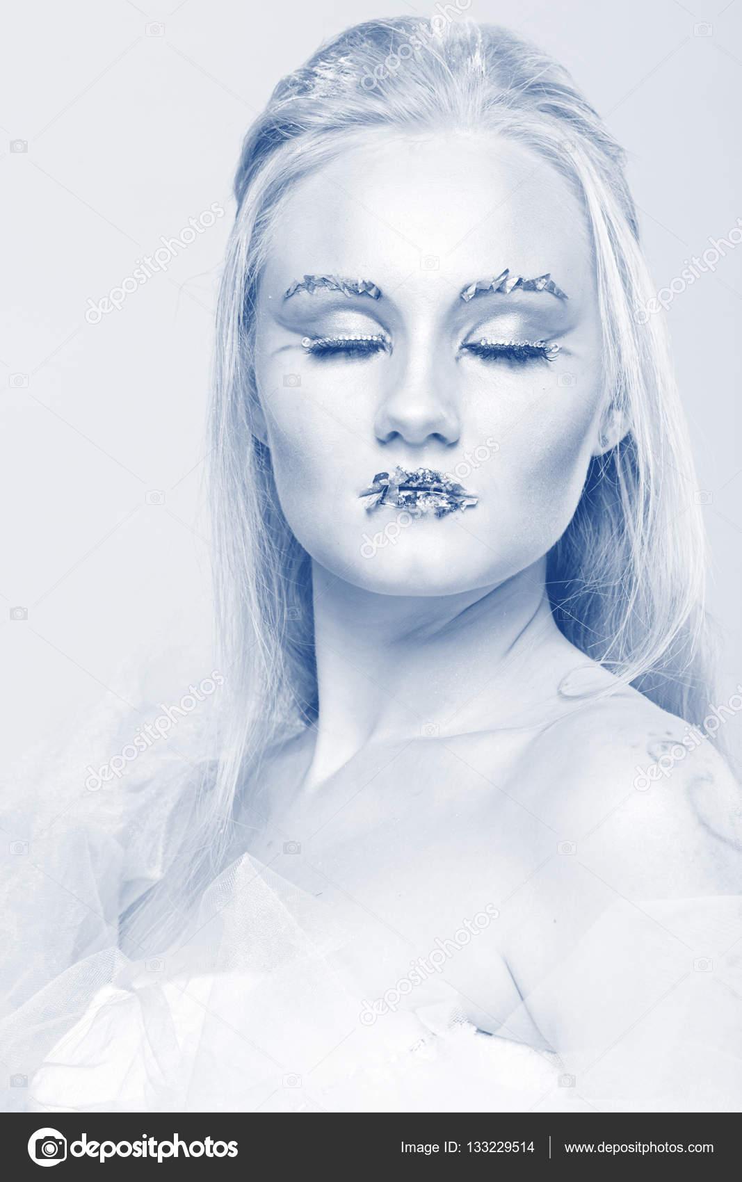 Blonde Dans Une Robe Blanche Avec Du Maquillage Bleu La Reine Des
