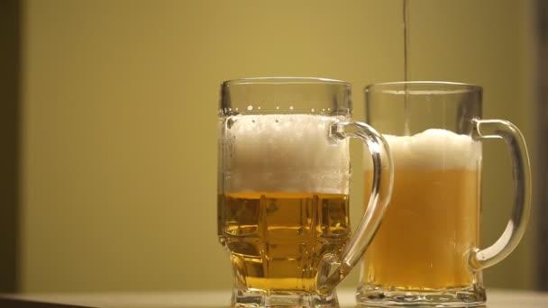 Pivní pěna se nalije do sklenice