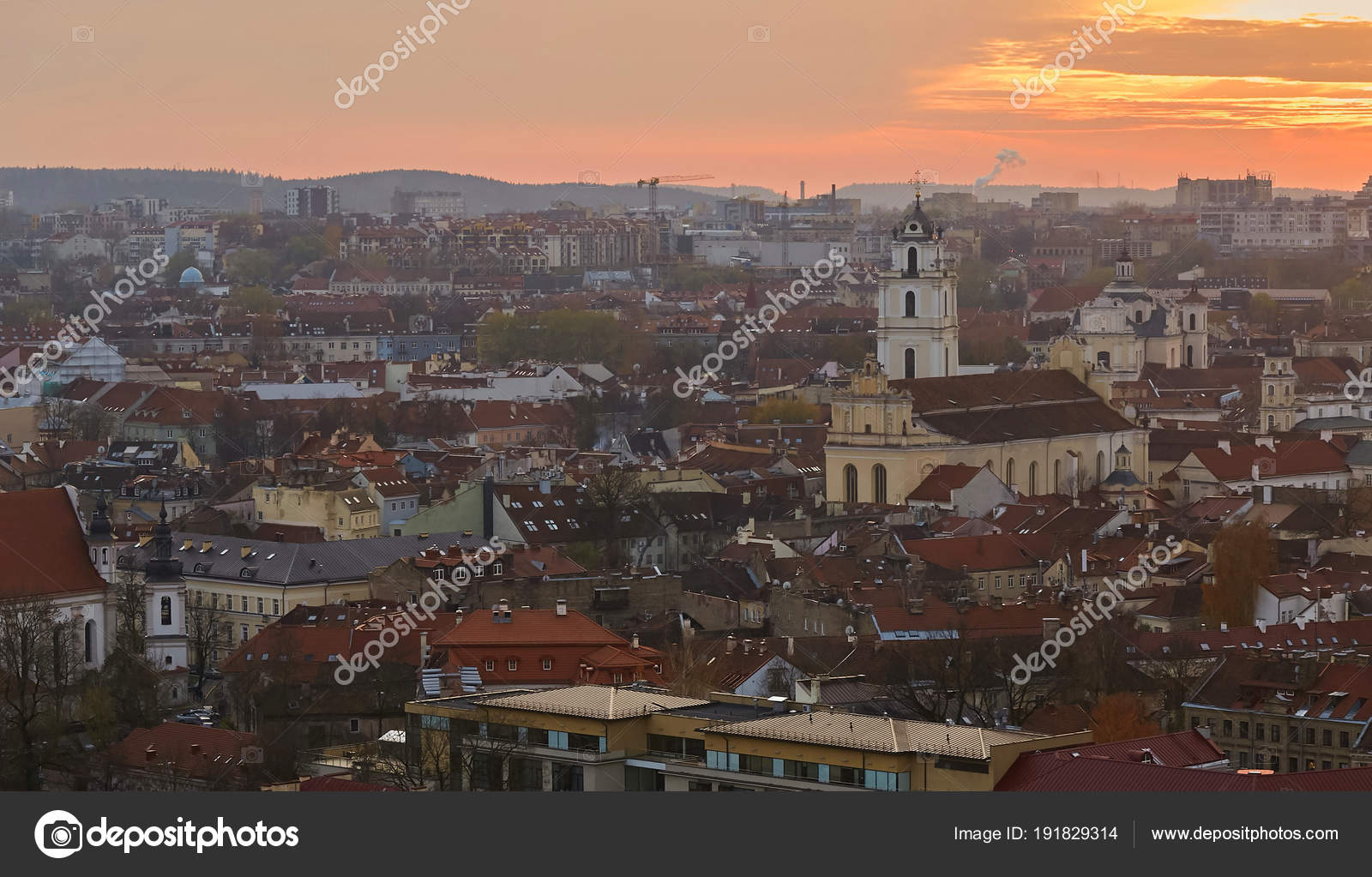 ca4fbdf6cc Vilnius, Lithuania View of the evening city from the castle mountain. —  Stock Photo