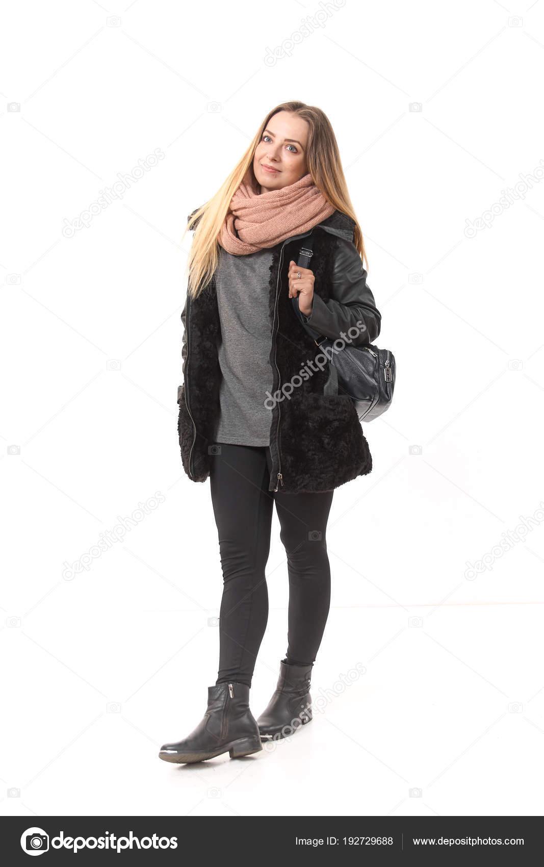 aa88e0c40be5 Una chica en ropa de entretiempo con un bolso de cuerpo entero sobre ...