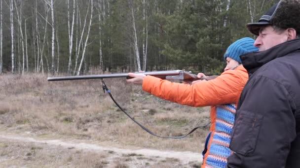 Gyönyörű nő lő egy vadászpuska a természetben