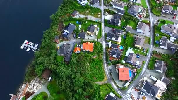 Letecký pohled na domy na pobřeží
