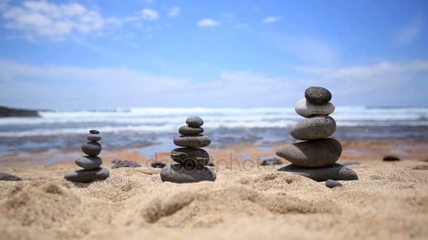 nakupení kamenů na pláži