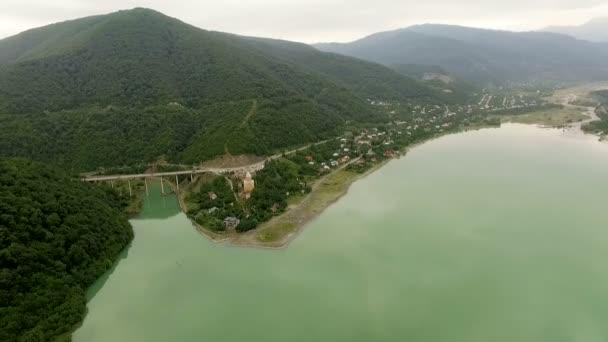 Sakartvelo. Malebná panoramatická horské krajiny. Gruzie. Vodní nádrž na řece
