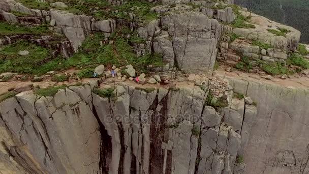 Norsko. Turisté na horský hřeben. Nádherný výhled. Výška. Divoká krajina v Norsku