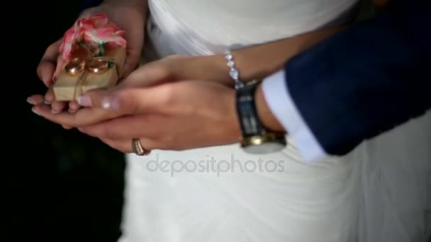 Novomanželé drží snubní prsteny