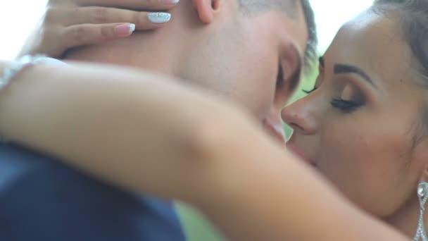 Krásná nevěsta a ženich objímání