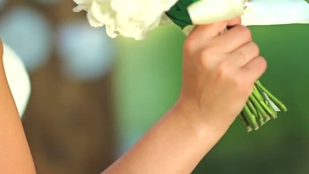 nevěsta v závoji vonící kytici květin