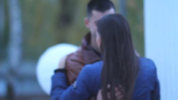 muž s ženu, všeobjímající a tančí v parku