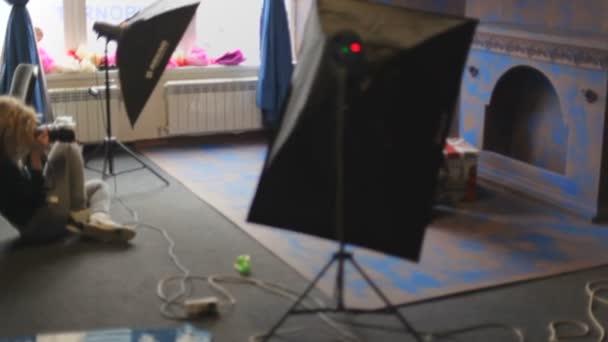 fotografo che cattura le immagini in studio fotografico
