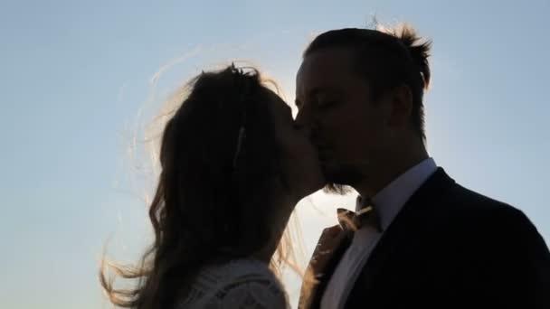 érzéki fiatal pár, szerelem csók