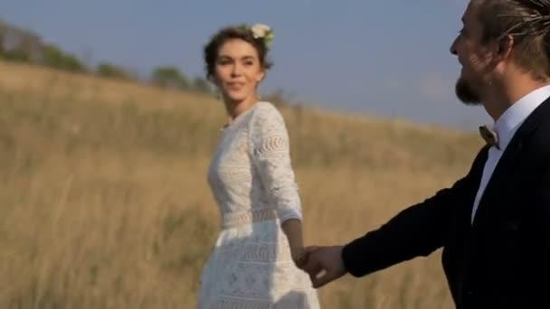 junges Paar zu Fuß auf der Wiese