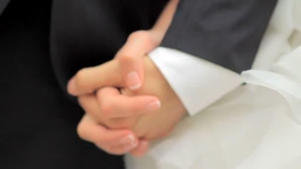 Nevěsta má grooms ruku. Svatební pár, drželi se za ruce