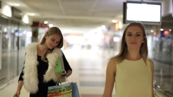 ženy s nákupní tašky v obchoďáku