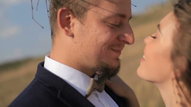 glückliches verliebtes Paar auf den Wiesen. Porträt Paare, Zärtlichkeit Liebe