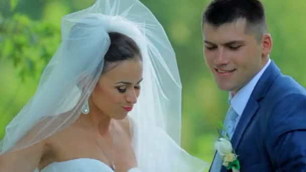 Šťastná nevěsta a ženich v parku. Croissant novomanželé mají zábavu v parku. Svatební den