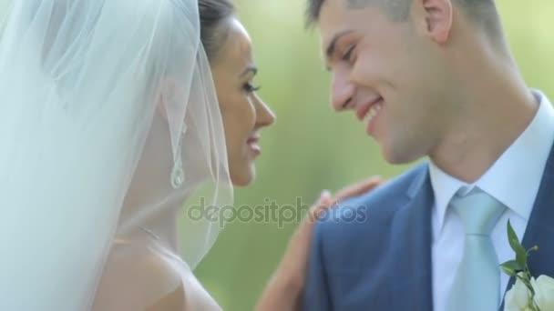krásný novomanželé, obejmout jemně. mladý pár v lásce. něhu lásky