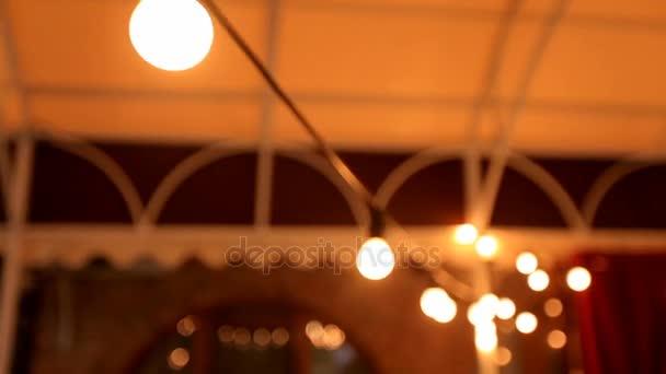 Design interiéru. Dekorativní osvětlení. Zářivková svítidla v restauraci