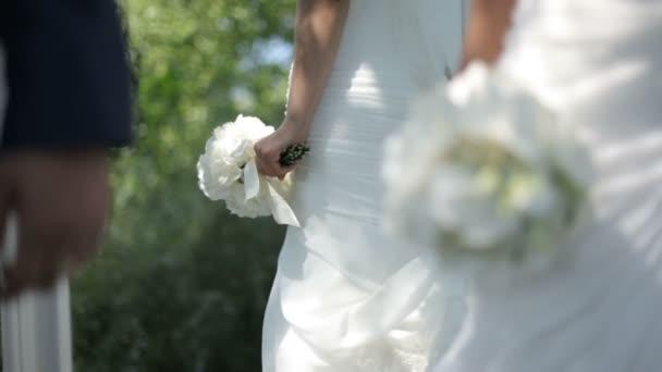 krásný mladý pár v lásce .happy novomanželé v lásce v parku něhu lásky