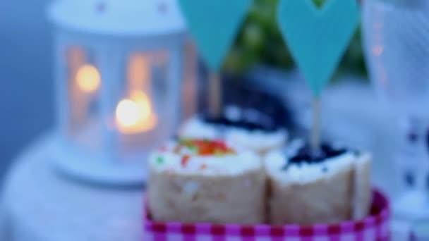 Decorazioni per una cena romantica a lume di candela. candele, lanterne, torte e frutta per una cena romantica per due