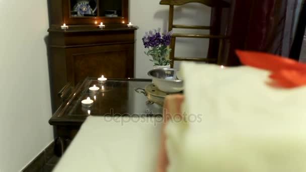 Vnitřní detaily v lázních. Ručníky a svíčky na stůl